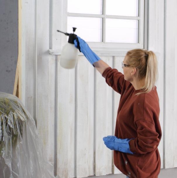 Kvinne vasker fasade