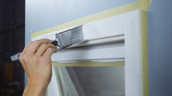 Maling av vindueskarmer og lister med en bred pensel