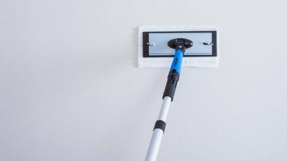 Bruk av malingsklar kluten for rengjøring av en vegg før man starter å male