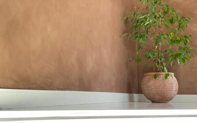 Hvordan kalkmale veggen. Vi viser deg hvordan.